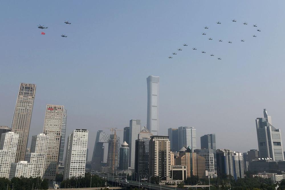 china desfile militar despliegue vuelo aviones aniversario celebra comunismo 70 años