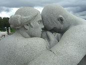 Mann- og kvinneskulptur av Vigeland