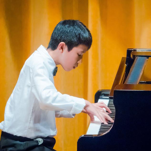 Ming Ming performing