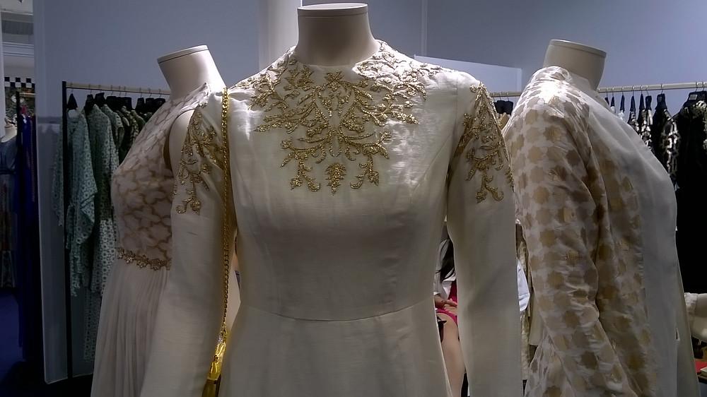 vestidos con aplicaciones de oro