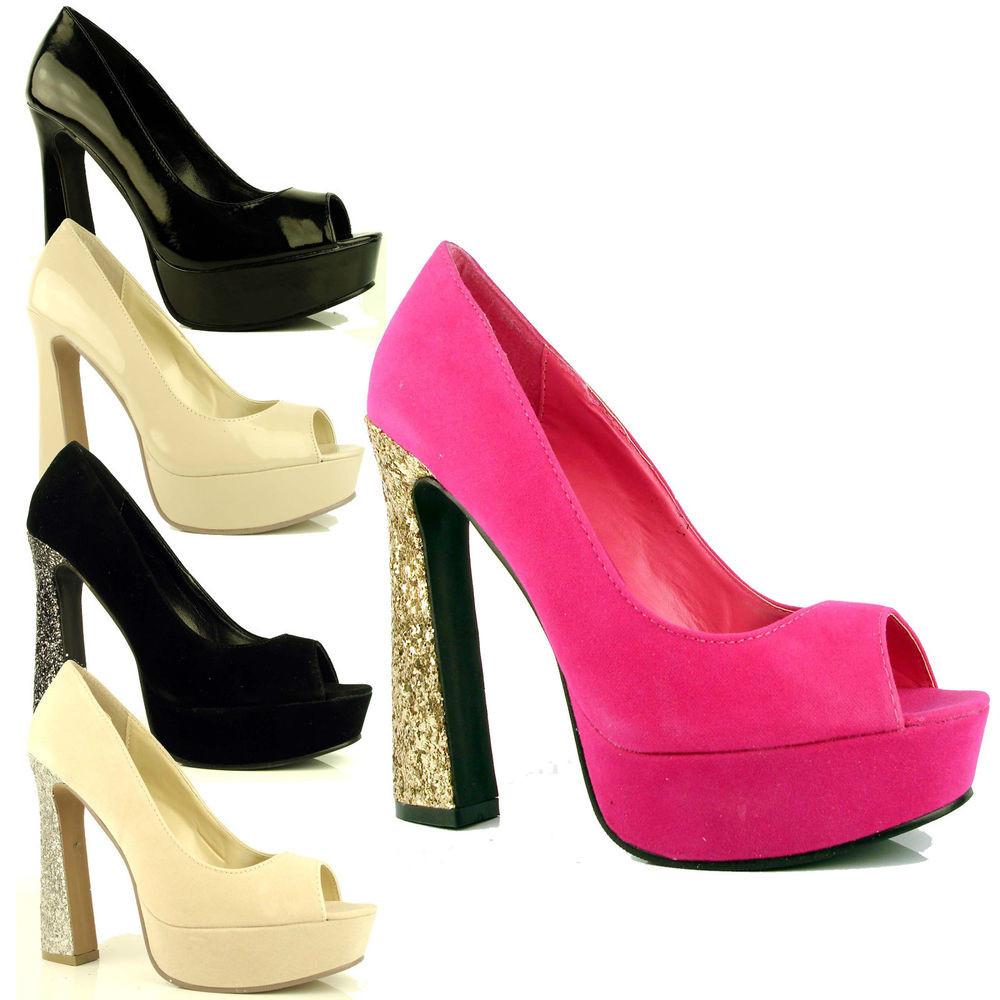zapatos setenteros con tacón geométrico y con brillantes.