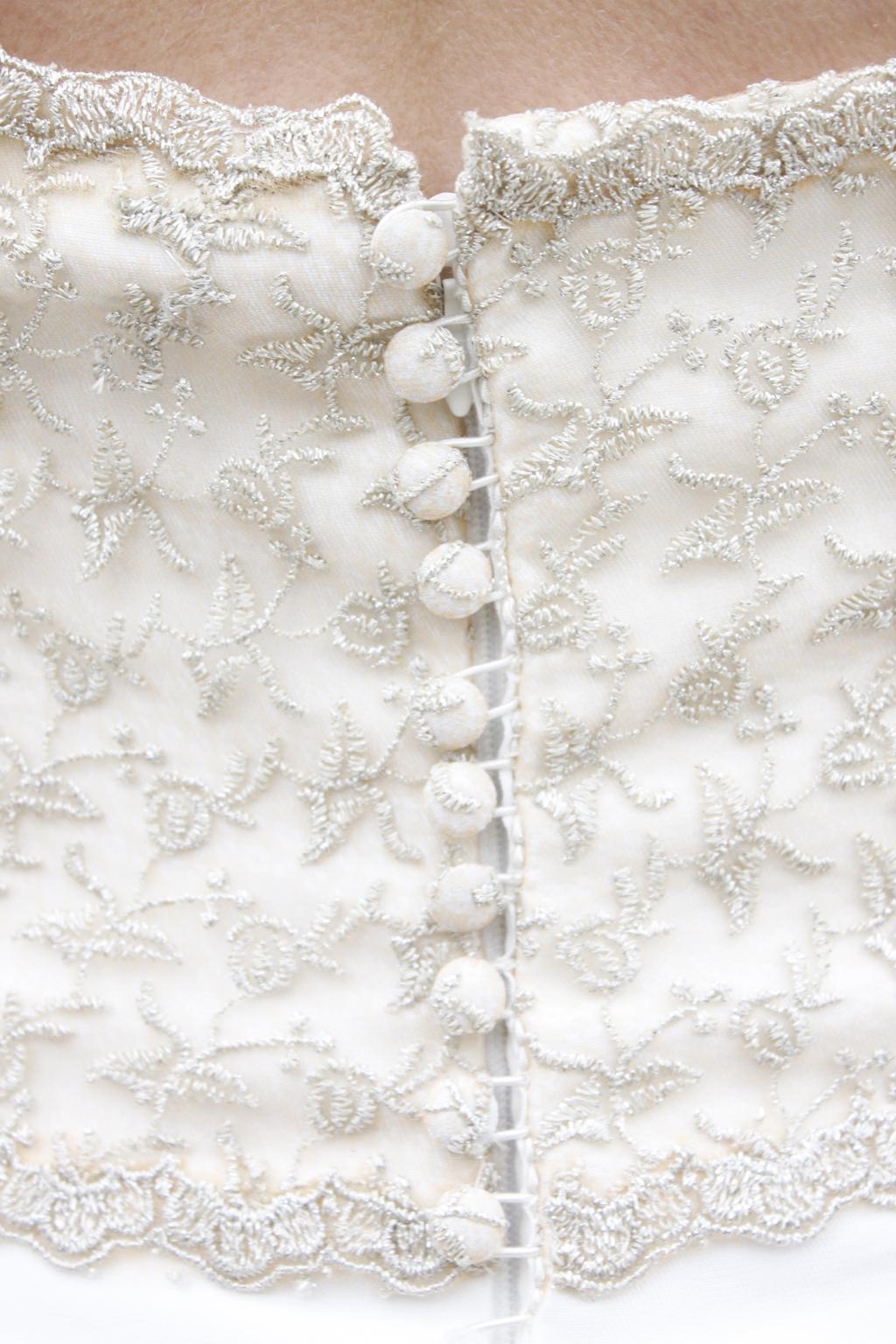 detalle espalda novia con encaje de hilo de plata masum karimi