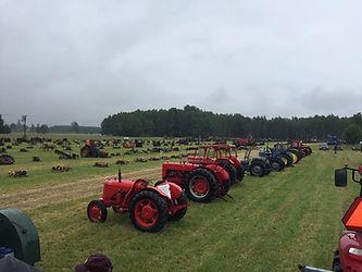 Fält med traktorer.jpg