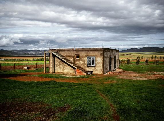 Une famille très accueillante habite dans cette petite maison de briques