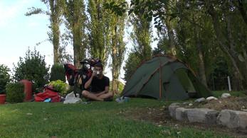 Camper dans le jardin des gens