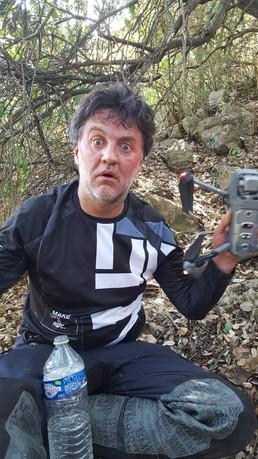 Lolo qui retrouve son drone après 2h de rando dans la brousse !