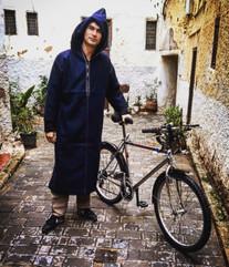 Vélo et djellaba fraichement achetés au souk