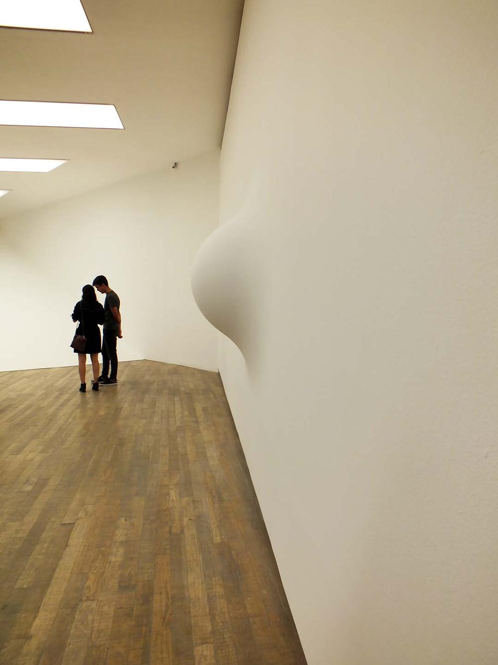 When I Am Pregnant, 1992 (Cuando estoy gestando)Fibra de vidrio, madera y pintura. 180,5 x 180,5 x 43 cm. Anish Kapoor, PROA. Fotografía: Andrea Alamanni