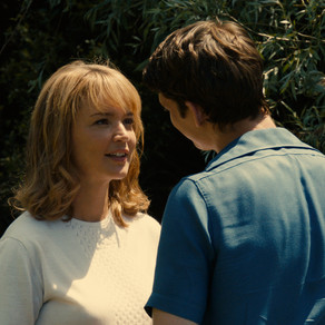 """Crítica: """"Um Amor Impossível"""" - o que deveria dar conta de um romance, ataca por outras vias..."""
