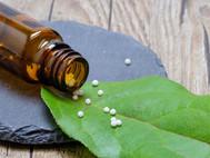 Kladivo na alternativu: Proč se stát snaží zakázat léčitele a celou tradiční medicínu?