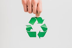 main-tenant-symbole-recyclage-fond-blanc