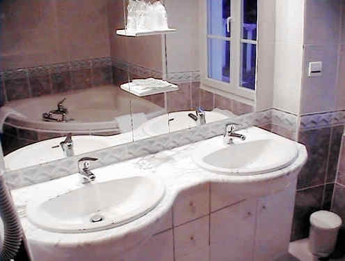 castel-d-olmes-salle-de-bain.jpg