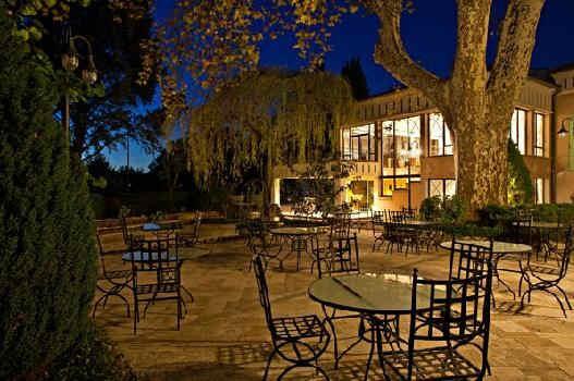 hostellerie-la-fuste-terrasse-nuit.jpg