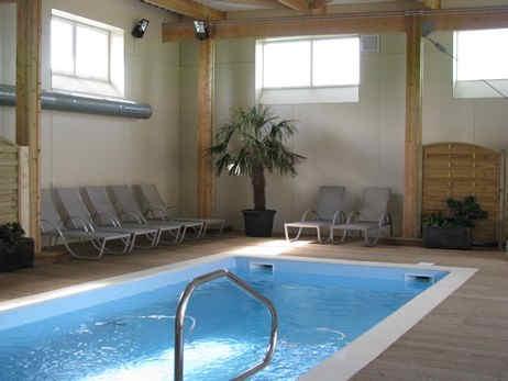 ferme-du-chateau-monampteuil-piscine.jpg