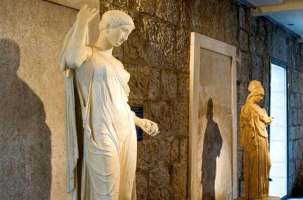 villa-grecque-kerylos-statues.jpg
