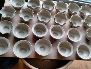Etapes de reproduction de tasses polylobées médiévales à l'atelier par Louise Noart.