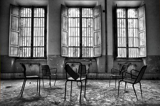 finestre, volterra, matti, manicomio,pisa,sedie, finestre bianco e nero, soli, padiglione, abbandono, solitudine.