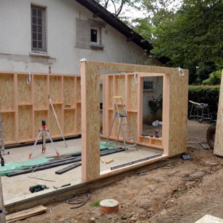 Réalisation d'une extension sur deux niveaux avec ouverture sur l'existant et une avancée sur pilotisbardage en clin st louis coloris brun menuiserie aluminum blanc
