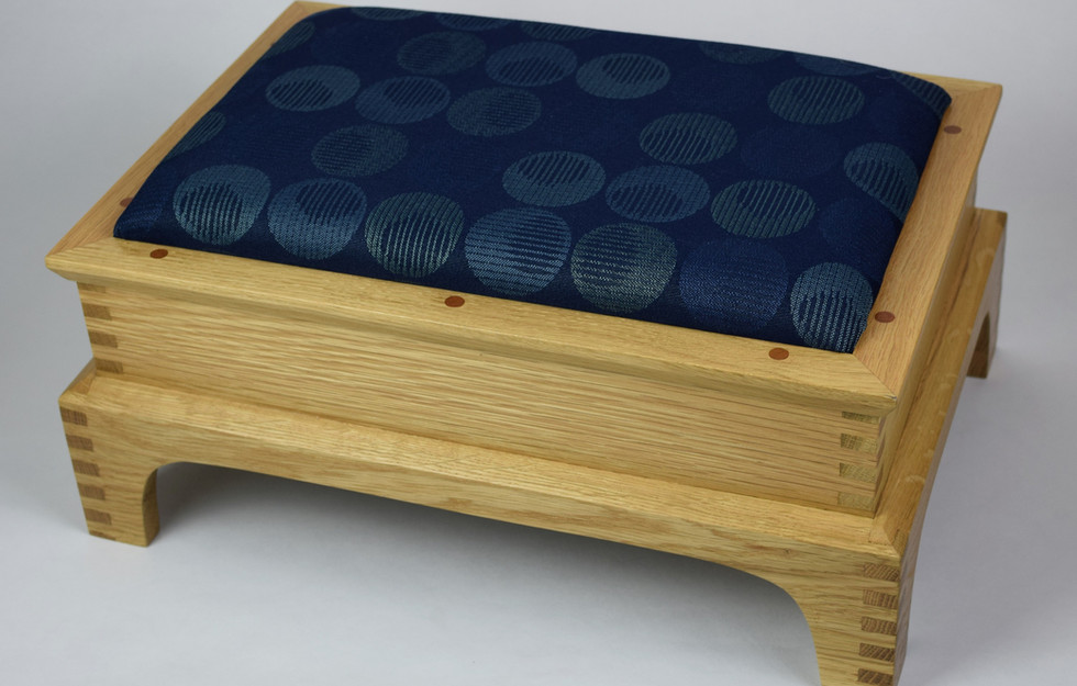 Classic in Oak with Blue Circles Top