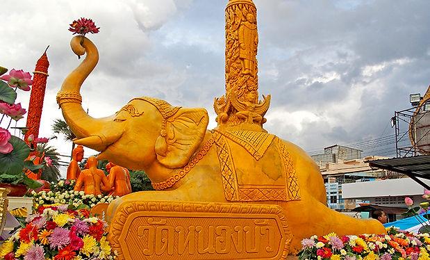 สุรินทร์,ศีขรภูมิ,ตักบาตรบนหลังช้าง,象祭り,象に乗った托鉢,ろうそく祭り,キャンドルフェスティバル,ウボン,candle,入安居,カオパンサー,象乗り,スリン,タイ,イサーン,カンボジア,シルク,絹,遺跡,観光,行き方,旅行,エレファントビレッジ,elephant world,エレファントワールド,ツアー,歴史,文化,観光,地図,祭り,伝統,งานช้าง,象の村,象使い,タクラーン村,タートゥム,บ้านตากลาง,หมู่บ้านช้าง,ท่าตูม,予約,シーナロン,スタジアム,パレード,ターグラーン,แห่เทียนพรรษา,กันตรึม,グーイ族,托鉢,ガンタルム