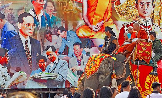 สุรินทร์,ศีขรภูมิ,ตักบาตรบนหลังช้าง,象祭り,象に乗った托鉢,ろうそく祭り,キャンドルフェスティバル,ウボン,candle,入安居,カオパンサー,象乗り,スリン,タイ,イサーン,カンボジア,シルク,絹,遺跡,観光,行き方,旅行,エレファントビレッジ,elephant world,エレファントワールド,ツアー,歴史,文化,観光,地図,祭り,伝統,งานช้าง,象の村,象使い,タクラーン村,タートゥム,บ้านตากลาง,หมู่บ้านช้าง,ท่าตูม,予約,シーナロン,スタジアム,パレード,ターグラーン,แห่เทียนพรรษา,กันตรึม,グーイ族,托鉢