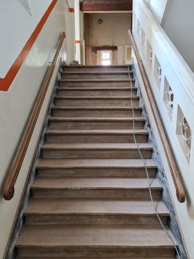 0 trappenhuis vanaf tussenbordes naar 1e verdieping 20210615_112435.jpg