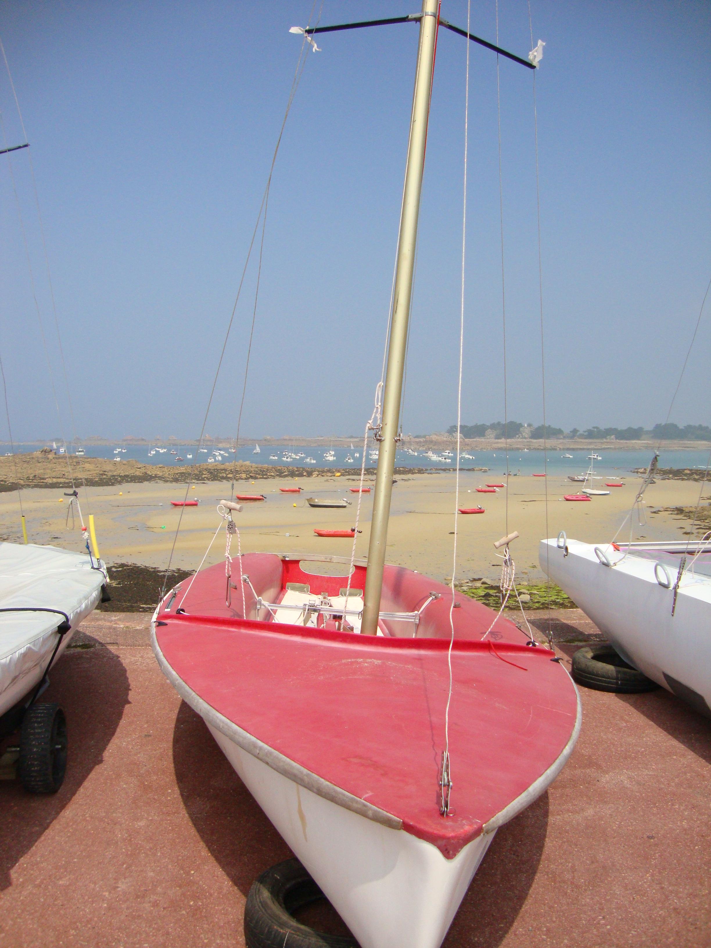 longer la plage et les bateaux