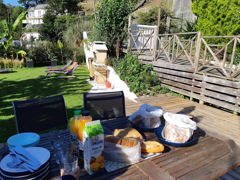 Vous pourrez prendre un beau petit déjeuner en terrasse !