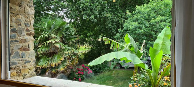 Vue sur le jardin depuis la grande baie du séjour