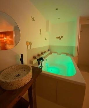 une baignoire 2 places, différentes ambiances lumineuses