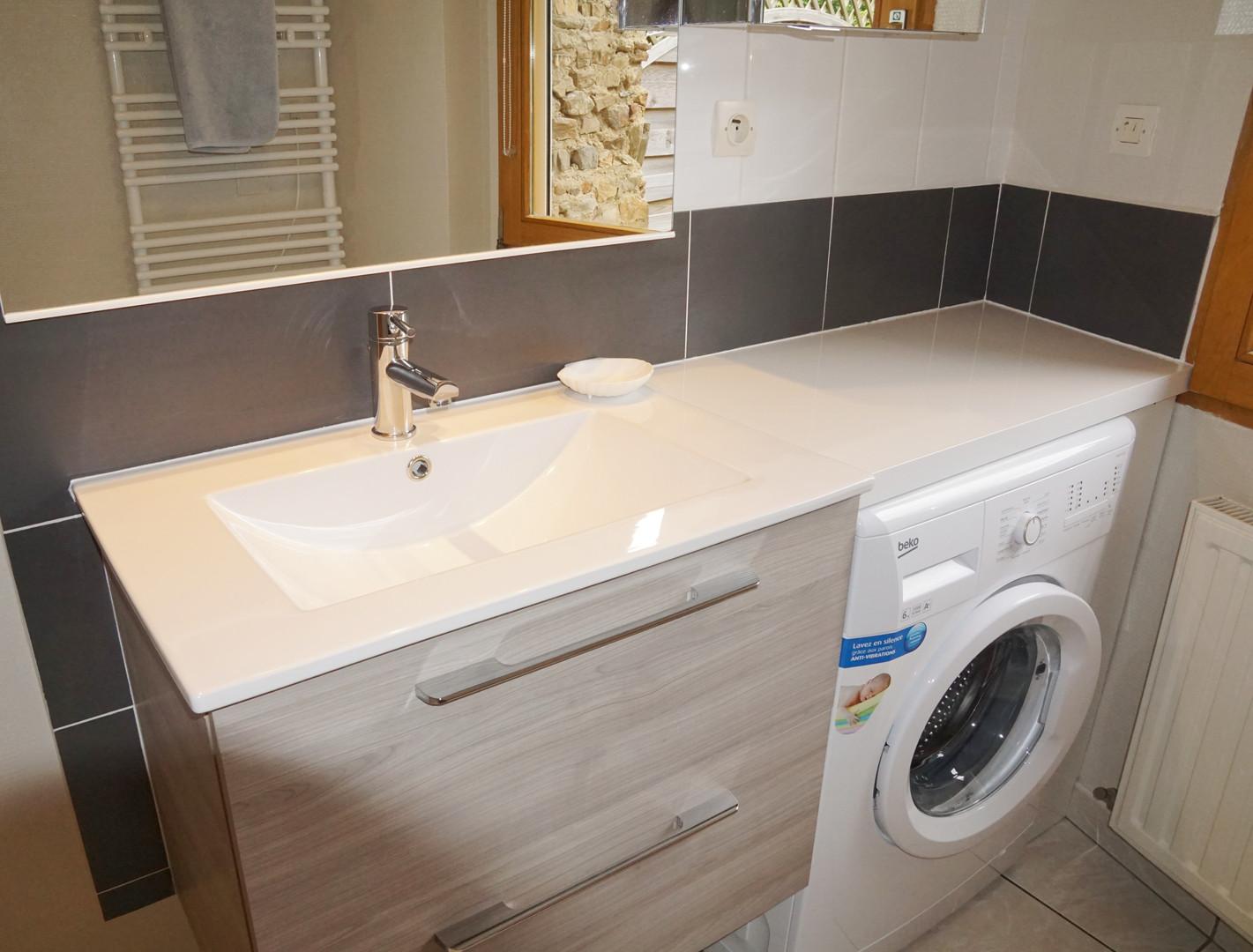 Salle d'eau avec lave-linge