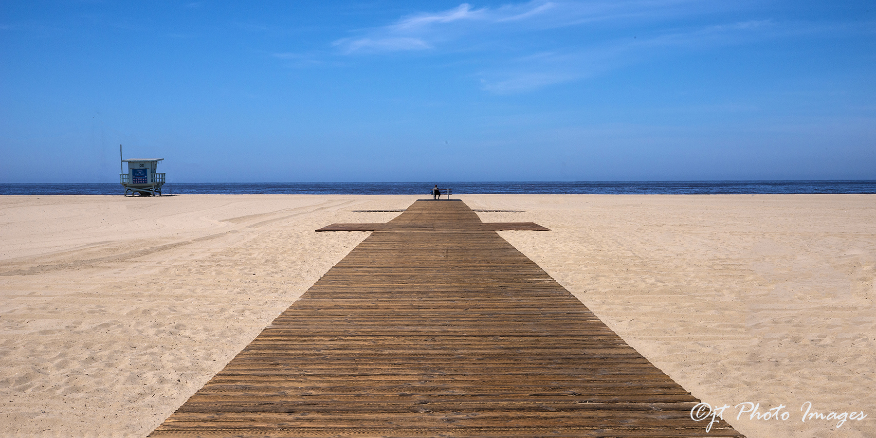 Santa_Monica_Beach_-_Bench_+1_©_(May_20