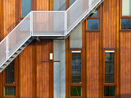 Metall-Treppe auf Holzfassade