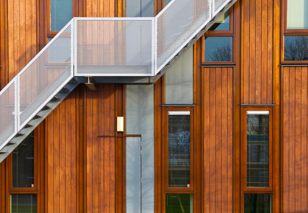 Metalen trap op houten gevel