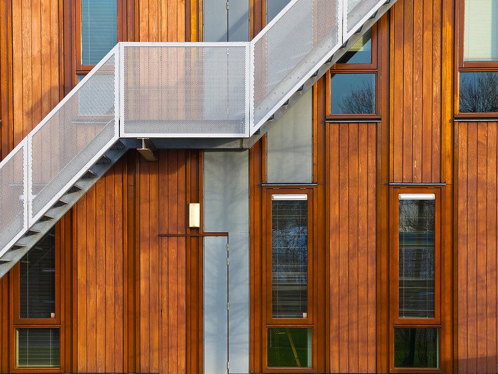 De metal Escadas na fachada de madeira