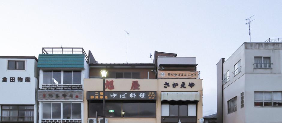 17:00 東武日光駅前の土産屋の風景