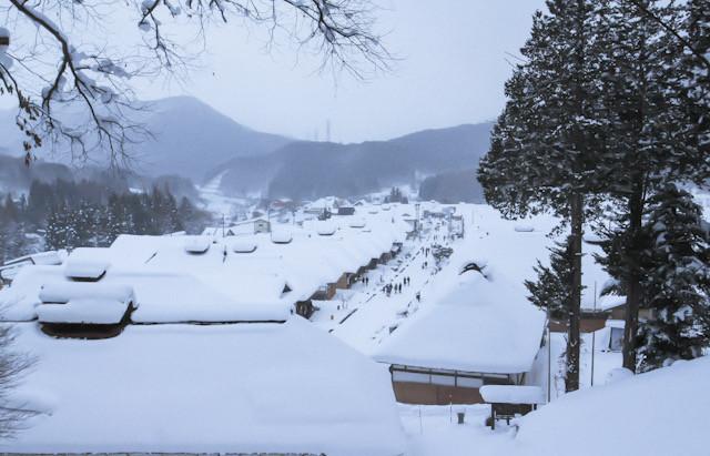 14:00 雪の大内宿 大きな茅葺き屋根の町