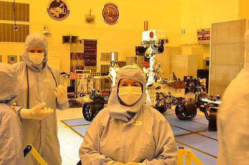 Angela_y_el_robot_Curiosity_que_ahora_esta_en_Marte_-_Copy.300204345_large.JPG