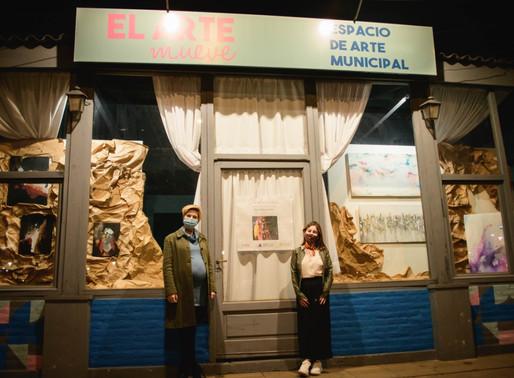 Ya se pueden ver las pinturas de Aldana Jaime en la vidriera del Espacio de Arte Municipal