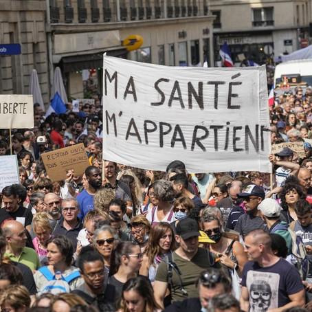 Reino Unido levanta restricciones mientras estallan protestas en Francia contra medidas sanitarias