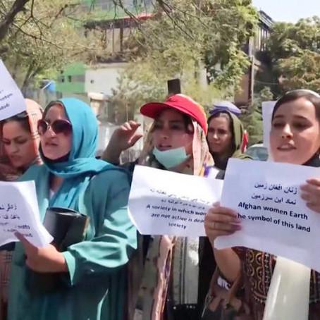 Exclusión de mujeres afganas de educación y vida pública aumenta tras toma de poder de talibanes