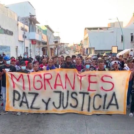 Miles de solicitantes de asilo atrapados en México forman una caravana para marchar hacia EEUU