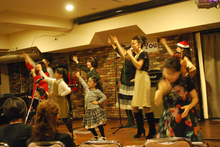 子ども達も歌とダンスで.JPG