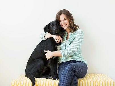 Mädchen umarmt ihren Hund