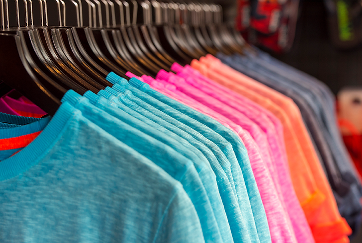 Row-of-colored-t-shirts-in-a-store-682264548_3851x2589.png