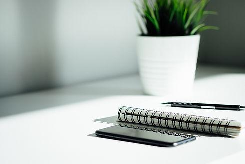 simple business desk - dose-media-bU6Jyh