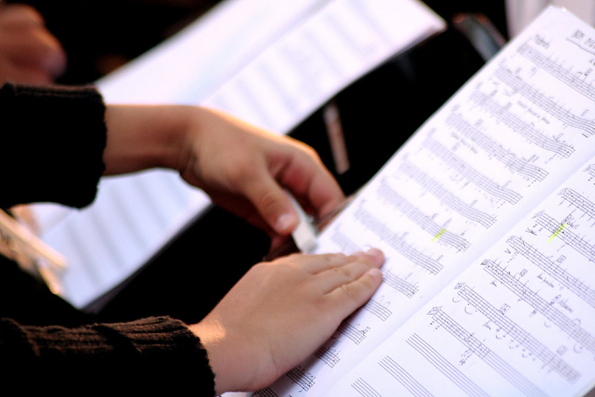 Alguém leitura da partitura
