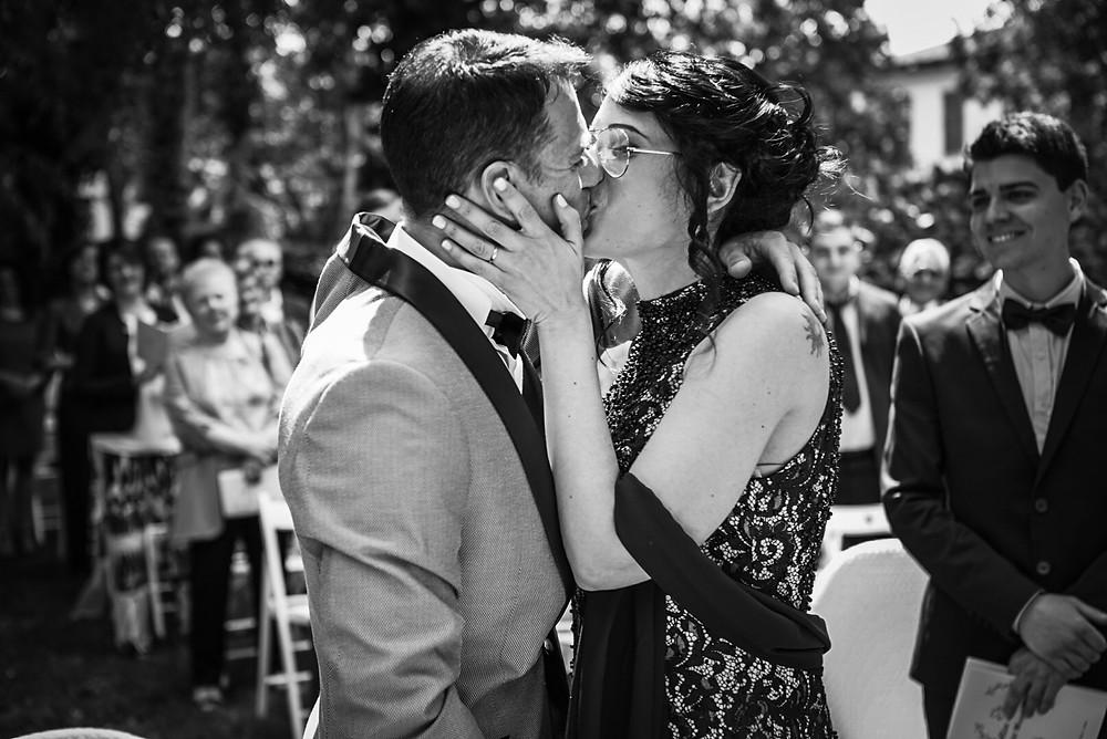 bacio sposi fotografia bianco nero