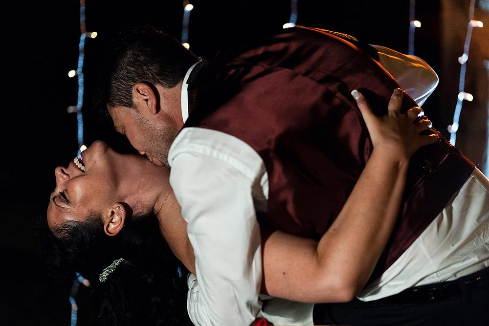 Bacio romantico degli sposi durante il loro matrimonio