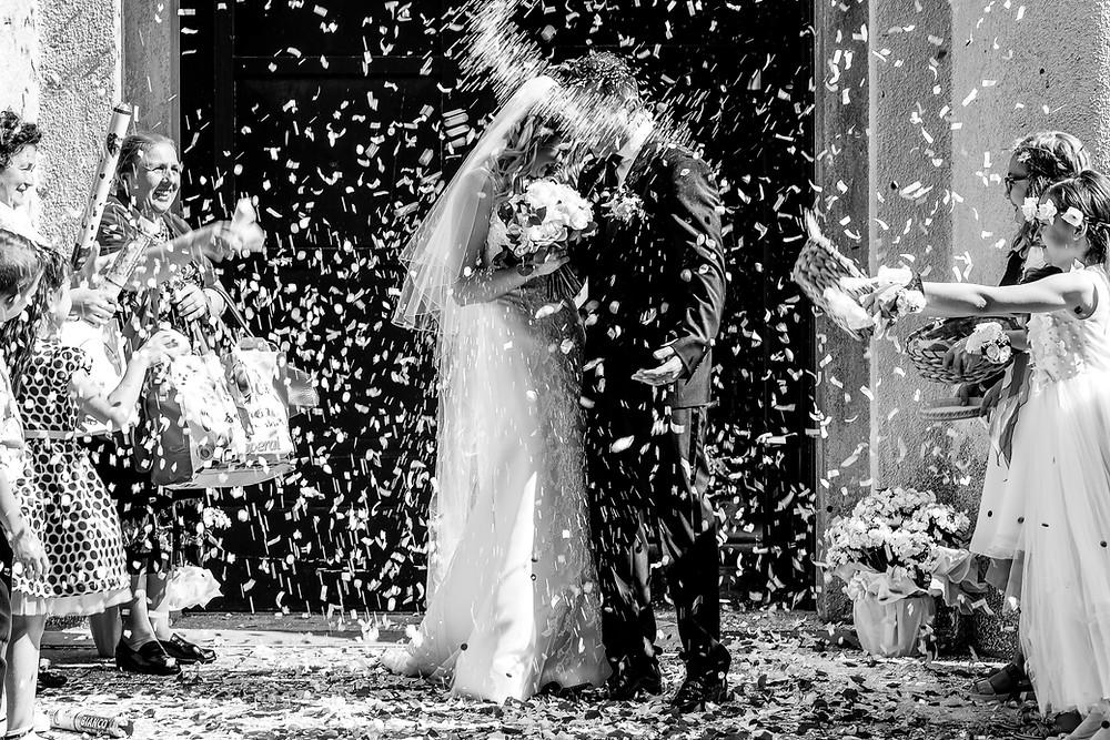 lancio riso sposi fotografia bianco nero